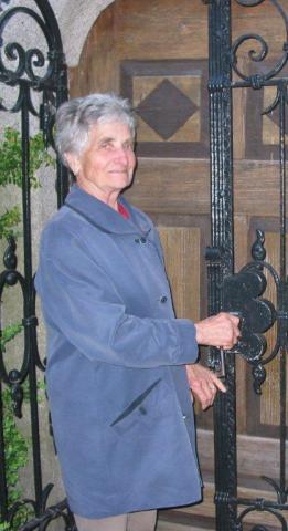 Maria Kolmbauer bei ihrer Tätigkeit als Mesnerin